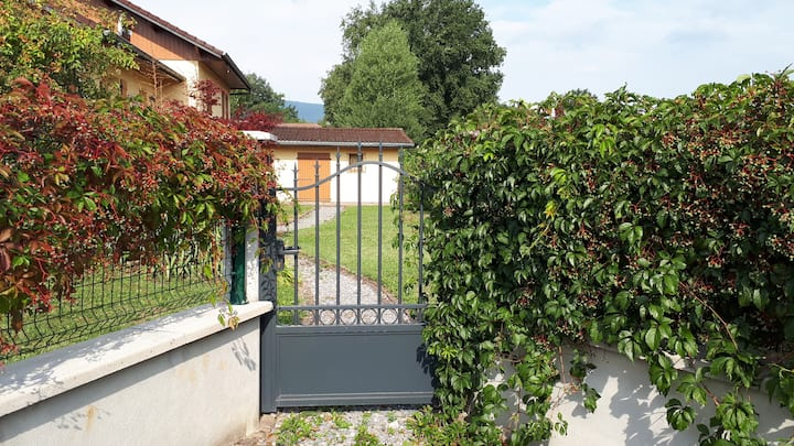 A charming independent Studio 15km from Geneva