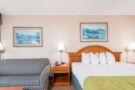 Cumberland Ramada Inn -King Bed
