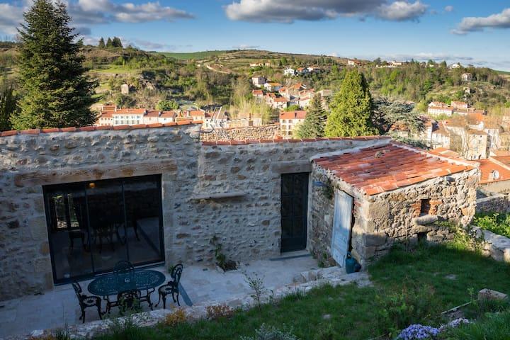 Terrasse avec vue sur le chateau. Jardin fleuri avec vue sur le village.