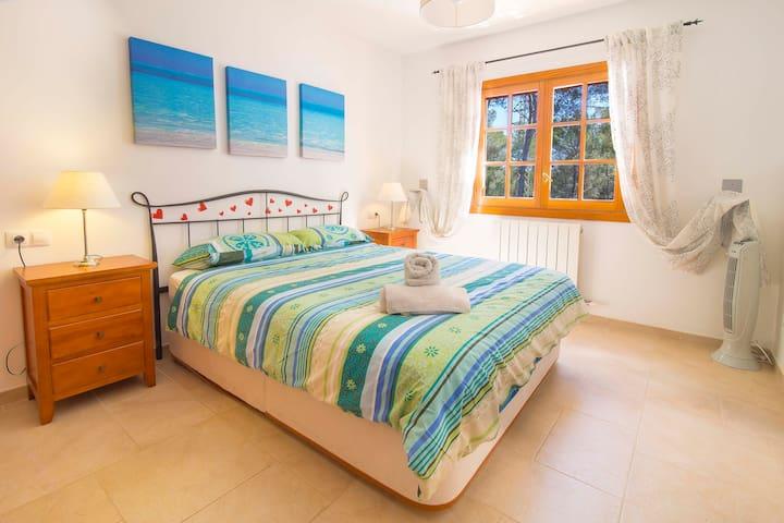 2. Habitación con cama doble
