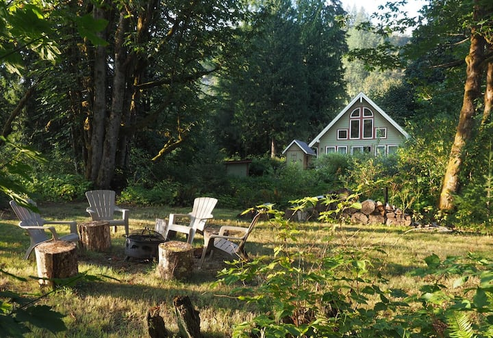 Galena's Getaway: Spacious & bright riverfront home in Cascades w/ hot tub on gorgeous 3 acres