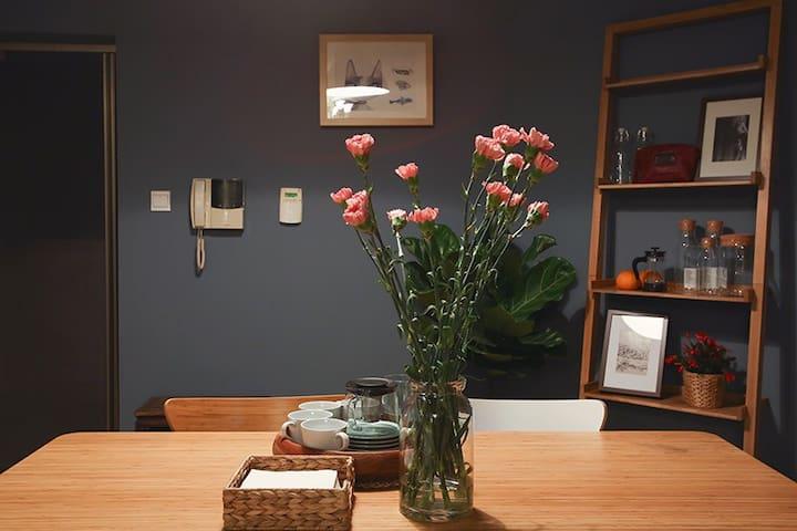 江景房,舒适的二居室,简欧风新装修,可以站在阳台欣赏美丽的江景