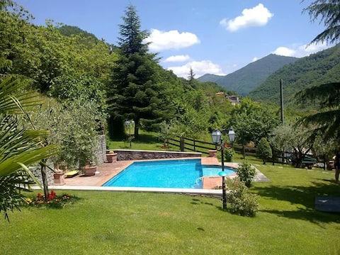 Villa toscana con gran piscina privada y jardín.