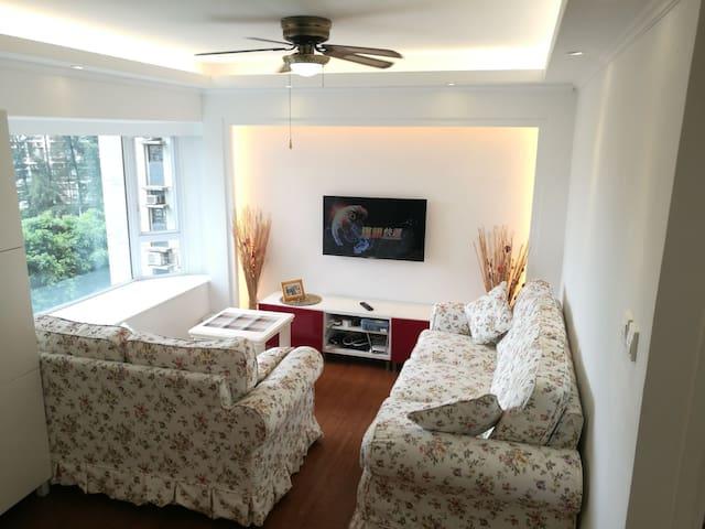 客厅:冷气、沙发、网络电视、吊扇、观海景