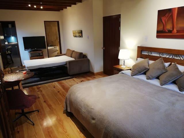 Cómoda cama king size y sofá-cama de dos plazas