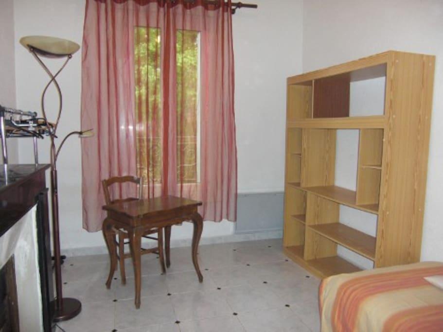 C'est une chambre spacieuse, confortable, calme qui donne sur le jardin, très ressourçant.