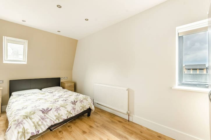 New 2 bed flat VERY close to Central London