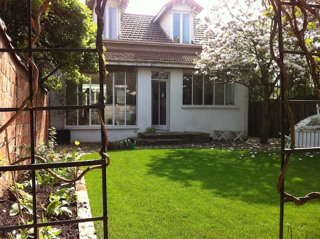 Charming house with garden, 20 min. from Paris