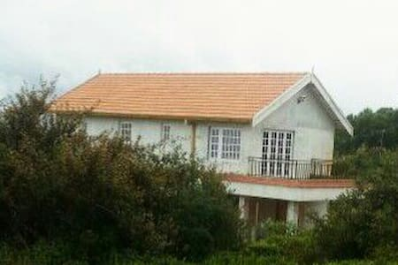 Hilltop Bungalow in tea estate - Casa