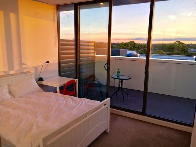 20 min to city! Own bathroom & wifi & much more... - Kingsgrove - Lägenhet
