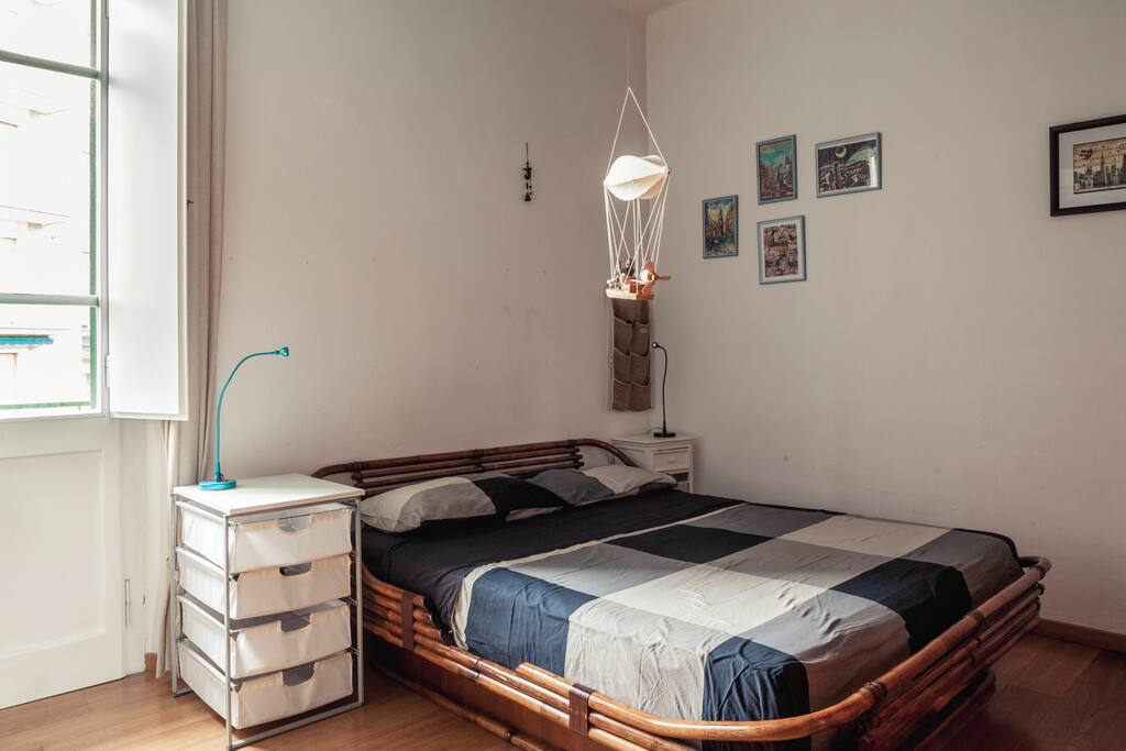 Main room, with full double bed. Prima camera con letto matrimoniale.