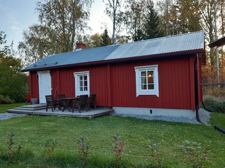 Liten stuga intill Stundars friluftsmuseum