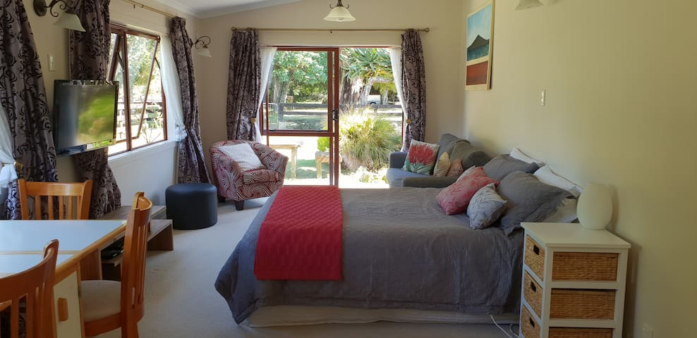 Puriri Alpaca Farmstay - Self contained studio