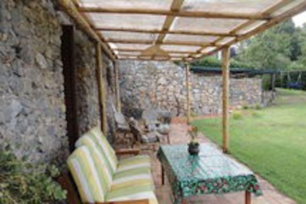 Il patio dell'appartamento con tavolo e divani