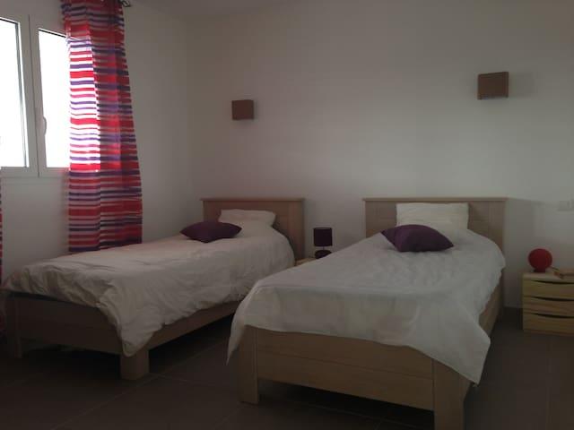 La chambre violette avec ses 2 lits simples