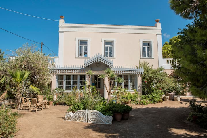 Beautiful Villa in Poseidonia with 3 Guest Houses