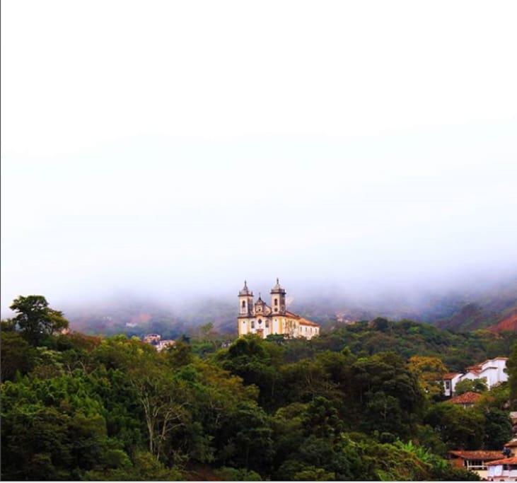 dia nublado com direito a vista deslumbrante  da Igreja São Francisco de Paula em Ouro Preto