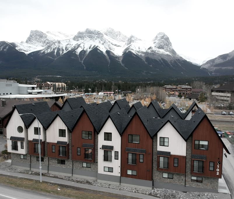 Basecamp Resorts - situated at the entrance to the Rocky Mountains and a short walk to the shopping, dining and entertainment within Canmore