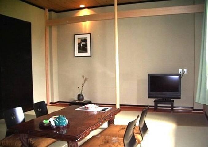 14畳大のゆったり和室「由布の間」で大人5人まで泊まれるルームチャージ制