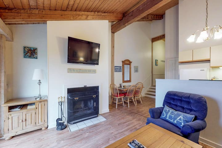 Cozy condo with shared pool & tennis courts - golf and beach nearby!
