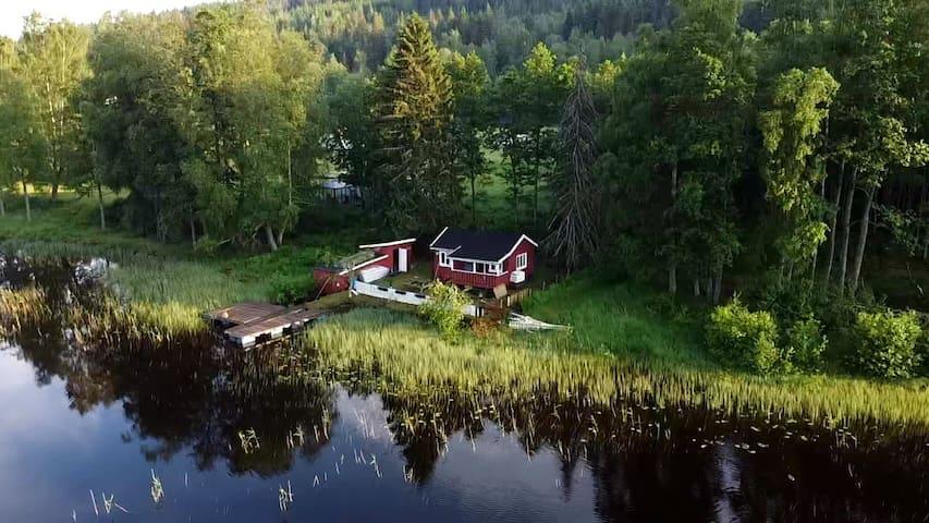 Koselig hytte i vannkanten med egen brygge