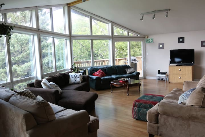 Journey-DOG FRIENDLY 6 BEDROOM CHALET with HOT TUB