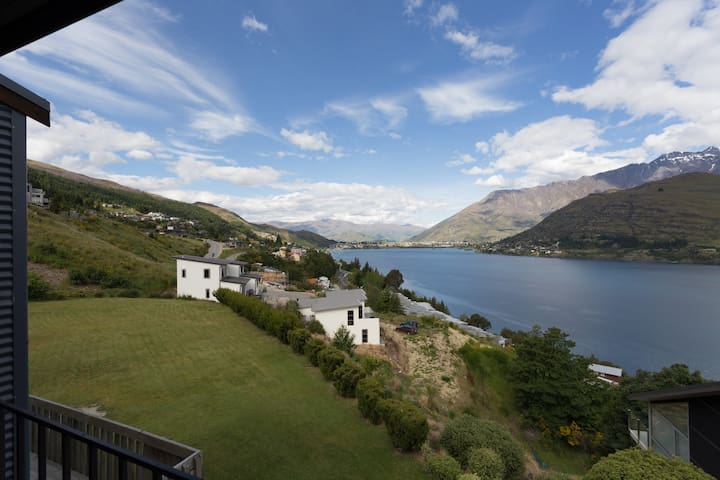 Stylish and comfortable with a vista to die for! - Queenstown - Dom
