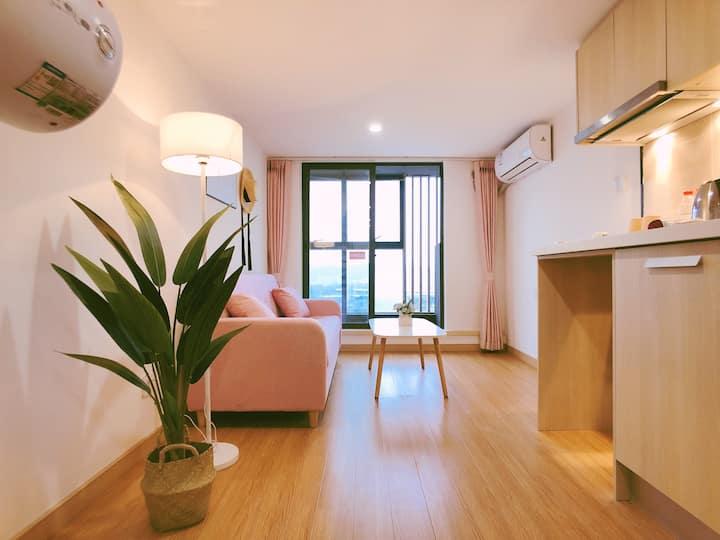 「免费接送」广州南站|长隆欢乐世界|情侣套房|性价比超高|洗衣机|阳台晾衣|万科公寓|每日消毒