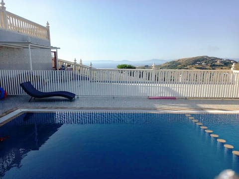 Villa Overlooking Beach - Private Swimming Pool!