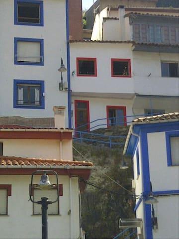 La casa blanca y roja es la que se alquila