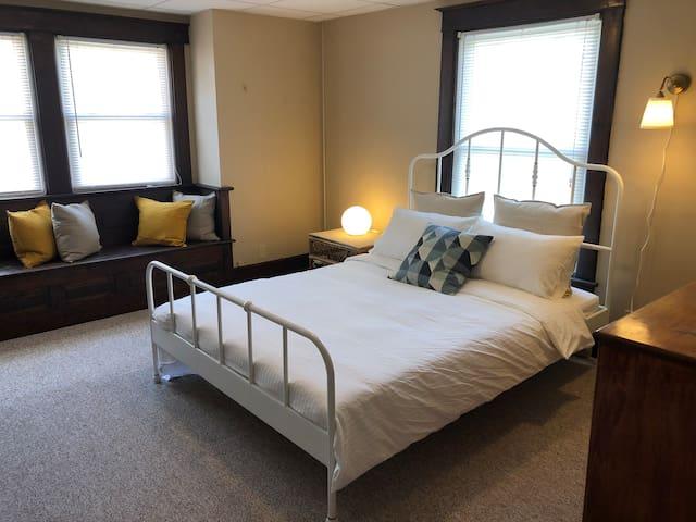 Queen bed in the spacious bedroom