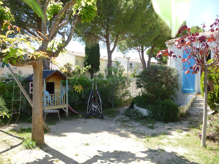 Espace pour les jeunes : portique, cabane, table de ping-pong.