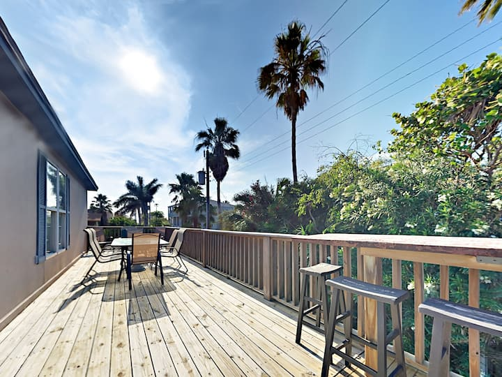 Coastal-Chic Duplex with Deck - 3 Minutes to Gulf