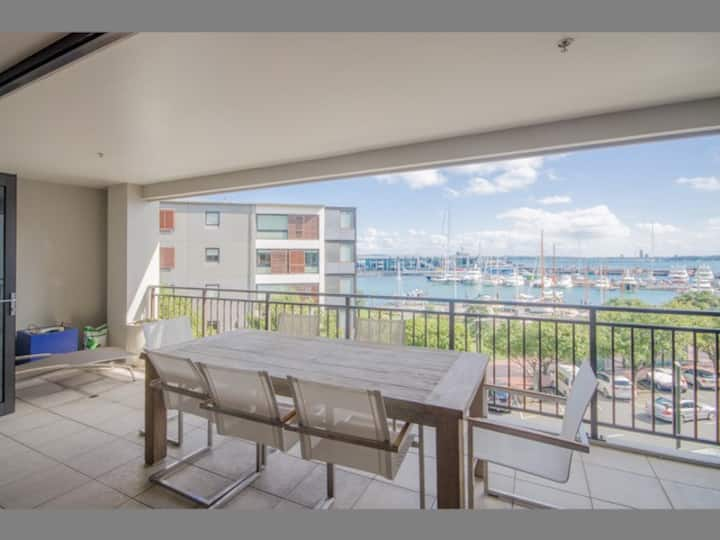 Beautiful and Spacious Apt w/ Harbour View,  Free Parking & Pool!