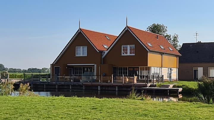 Fraaie watervilla vlakbij het Sneekermeer
