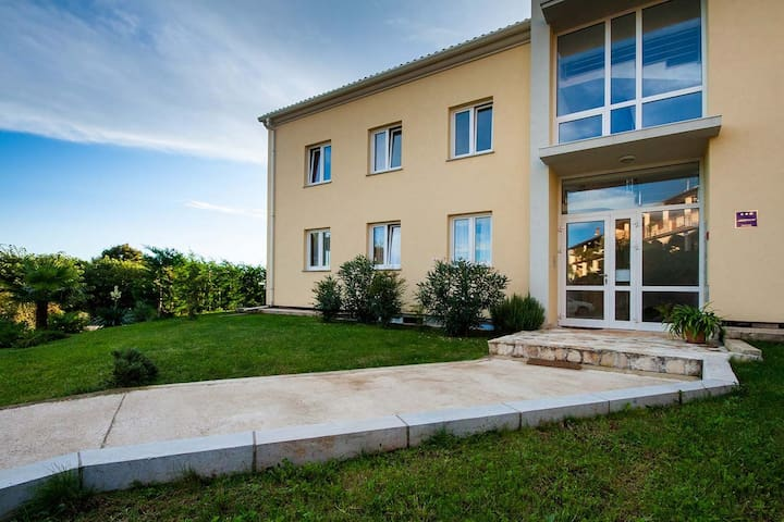 Apt for 4+2 persons with a/c in Umag R66196