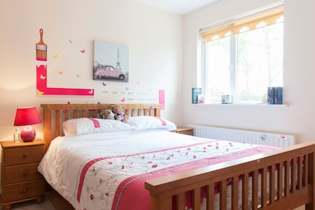 Bright, happy home, airport 20 minutes drive - Ratoath - House