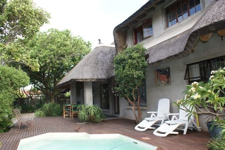Mi casa su casa !  (Thatched roof) - Jeffreys Bay