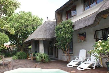 Mi casa su casa !  (Thatched roof) - Jeffreys Bay - Dům