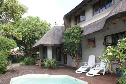 Mi casa es su casa !  (Thatched roof)