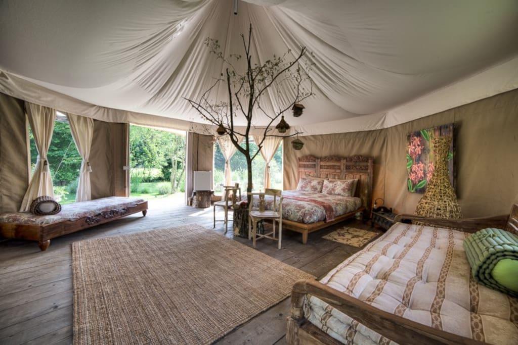 ampia camera con letto matrimoniale , letto singolo e divano-letto