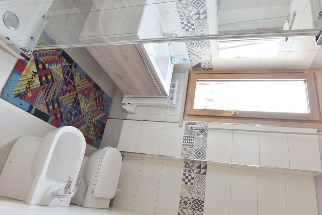 il bagno è in camera: nuovo, comodo e luminoso(purtroppo la foto è capovolta,non si vede bene)