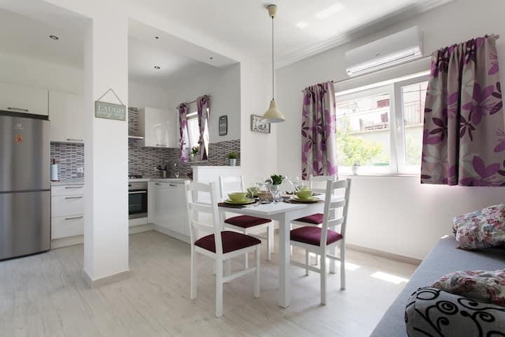 Cool & modern apartment with green garden & BBQ