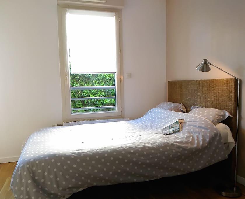 Une des deux fenêtres de la chambre.