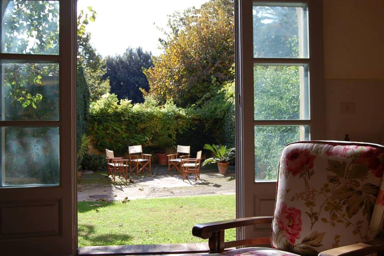 Vista del giardino dalla porta d'ingresso
