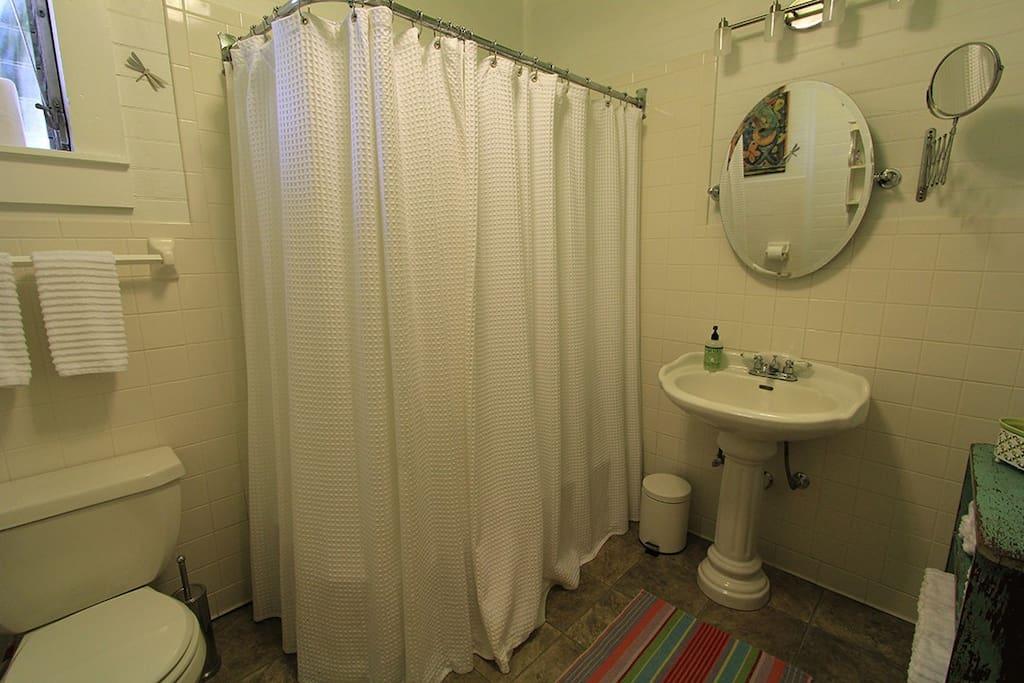 Gorgeous prewar bathroom style, lush towels