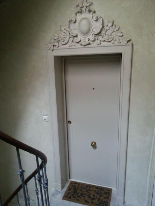 au 2ème étage, porte d'entrée de l'appartement