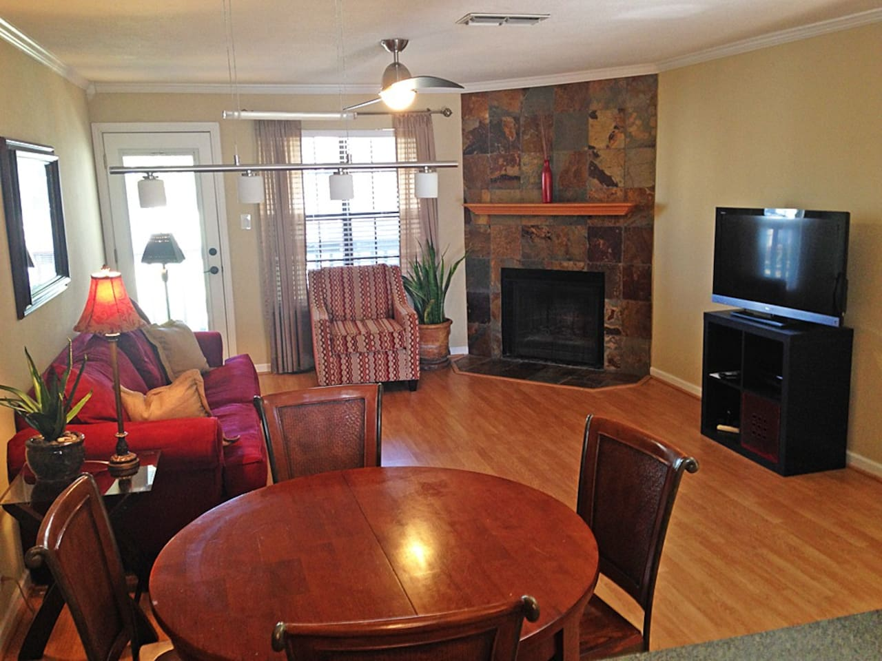 Spacious living room/dining room w/ wood-burning fireplace and flat screen smart TV