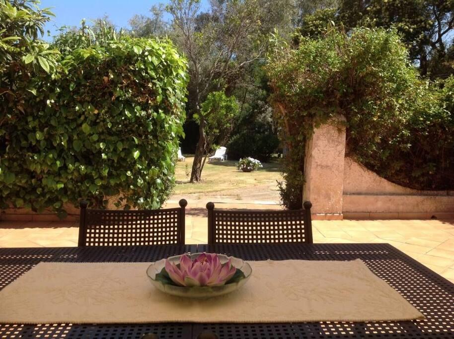 patio arredato vista giardino