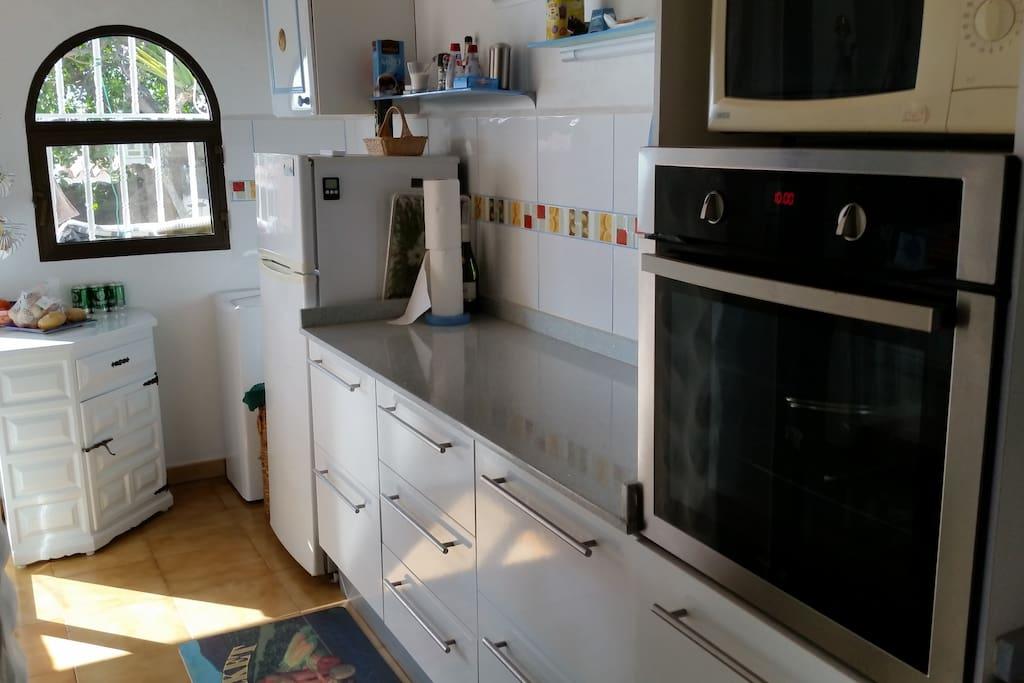 Große Küche mit Backofen